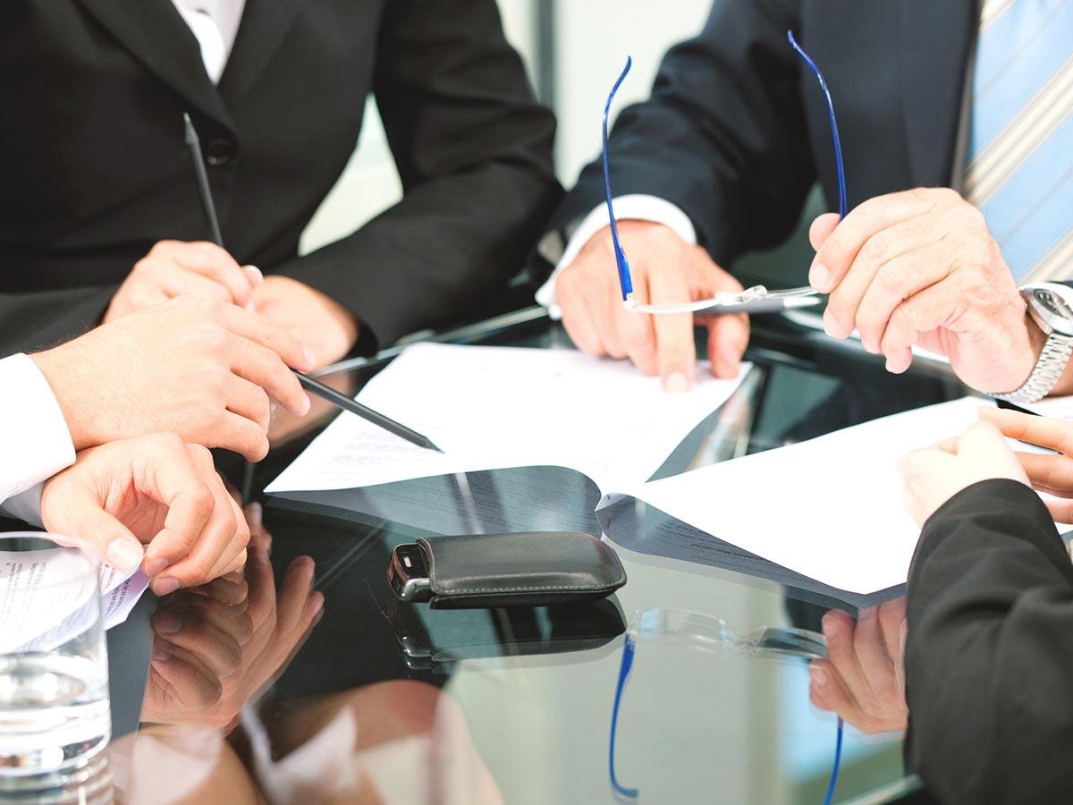 Объединение требований в исках, разбор дела при отсутствии ответчика и истца