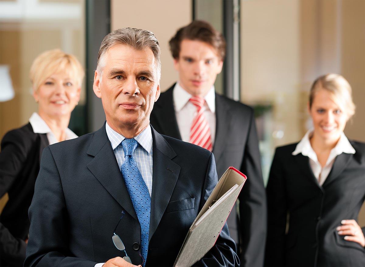 Консультация доверительного лица без временных ограничений, процесс ознакомления адвоката по уголовным делам с материалом уголовных дел, судебные разбирательства